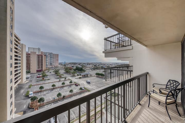 Beautiful oceanfront condo w/private balcony,  ocean views, and three pools!