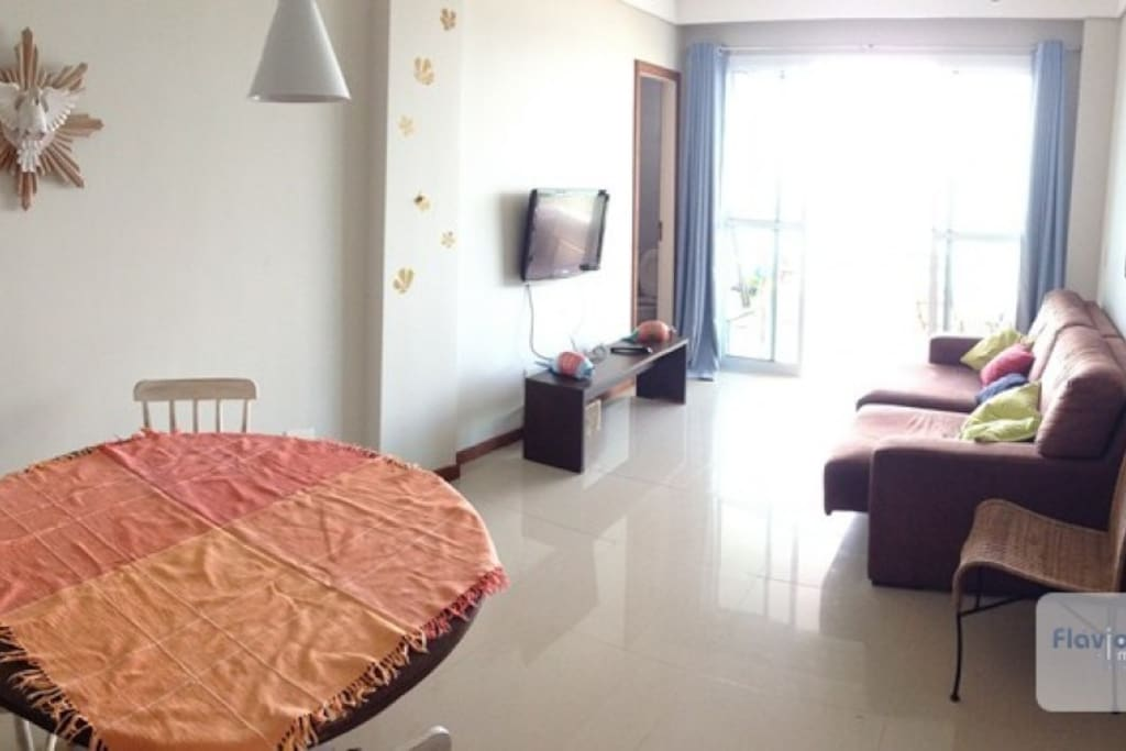 piso de porcelanato e tv de tela plana
