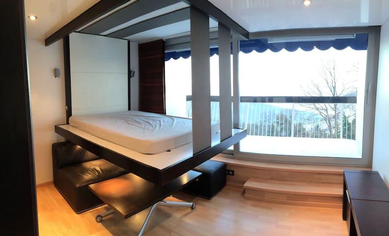 Le lit escamotable offre un véritable couchage au dessus du salon