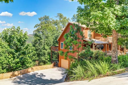 Talking Rock Creek Resort home with gorgeous views and a hot tub!