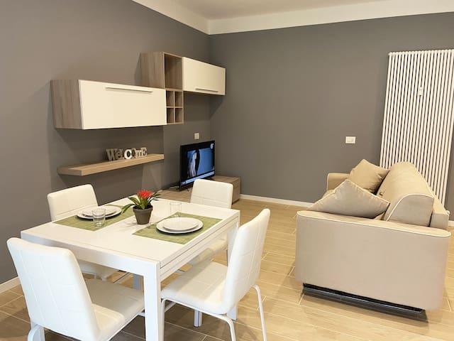 Sala con zona pranzo e divano letto