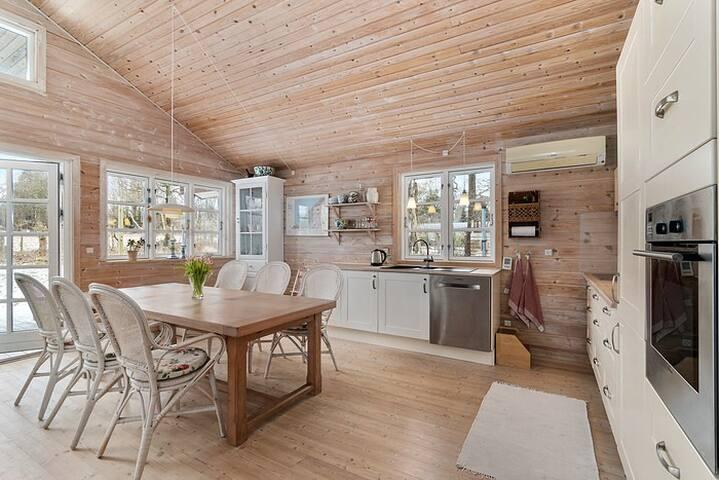Stor lys og højloftet stue/køkken.