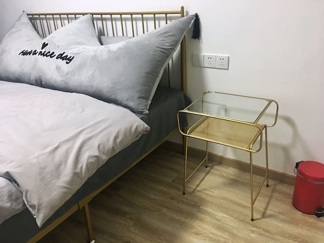 卧室整洁干净,另配有衣柜,方便储物。空调全新,制冷制热运转灵活