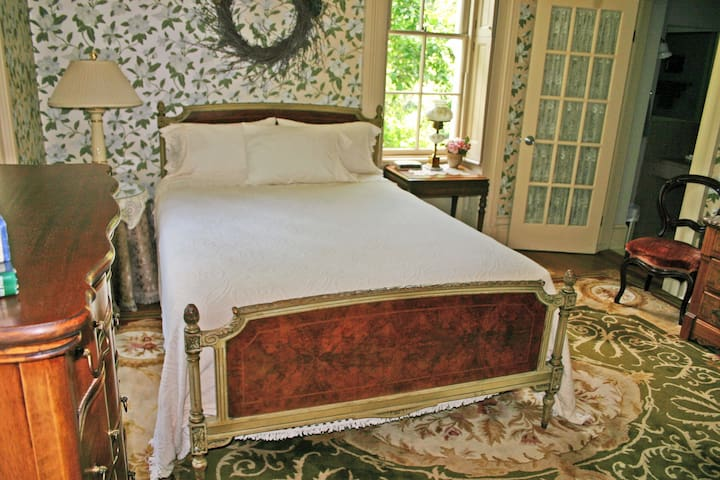 The Magnolia Room at Mayhurst Inn - Orange - Bed & Breakfast