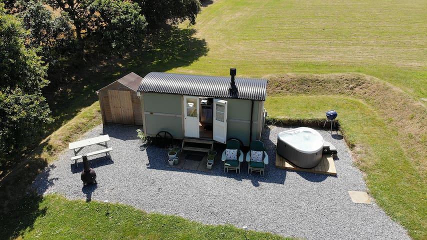 Idyllic Shepherd Hut & location, private hot tub