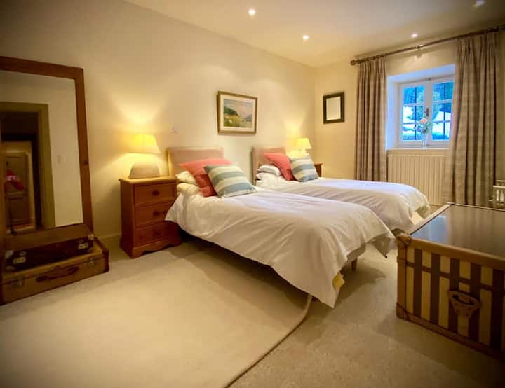 Large twin ensuite bedroom with bed and breakfast