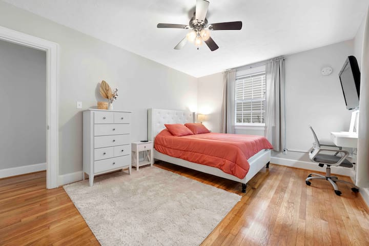 Light and welcoming bedroom with TV and desk. Enjoy all your favorite streaming such as: Netflix, Hulu, Disney+, and prime via Roku.