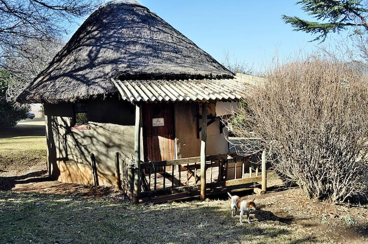 Wakkerstroom Country Cottages- Rondavel