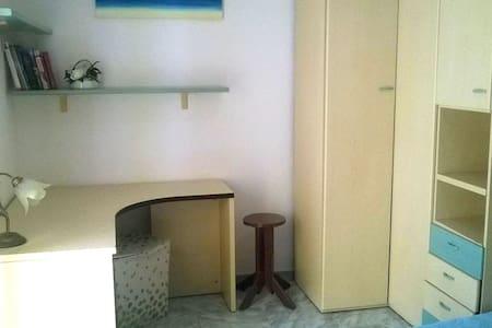 Уютная, светлая комната с балконом и видом на горы - Latina Scalo - Apartemen