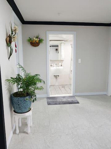 화장실 외부 (Bathroom)