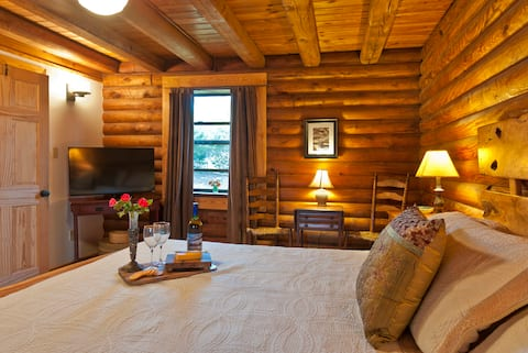 Welcome to our cozy log cabin home on Lookout Mountain! Relax, hike or catch a movie on the large flat screen TV.