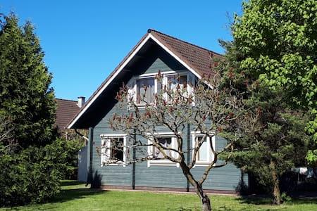 (R)unterkommen im Wendland im blauen Blockhaus