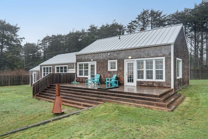 Stunning beachy cottage w/ ocean views, enclosed yard, & nearby beach access