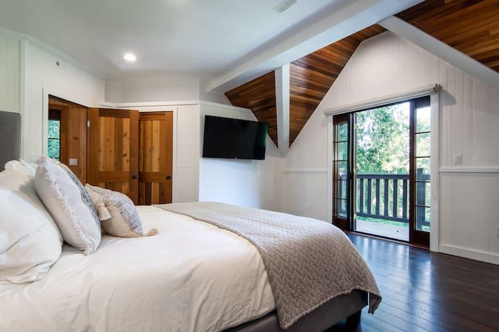 Main bedroom w/king