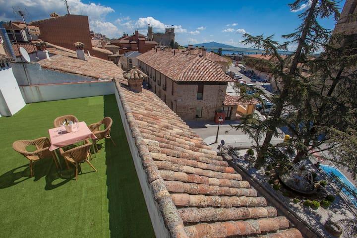 Terraza con fabulosas vistas al casco histórico y a La Pedriza