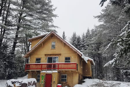 Londonderry 4 bdr / 4 bath Chalet! - Londonderry