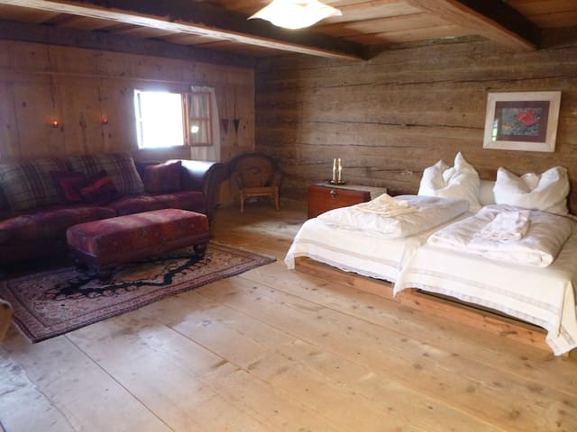 1. Largest guest room in main house, with sofa, roll away bed and extra mattress/Gästezimmer mit Sofa im Haupthaus