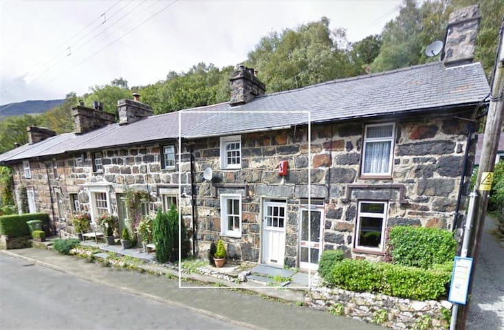 Snowdonia Grade II listed cosy cottage - Beddgelert - House