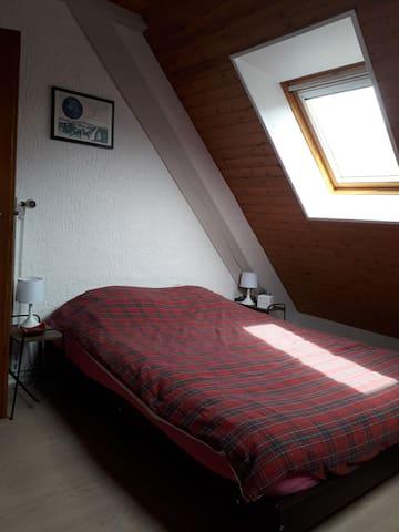 Chambre avec un lit double, 2 lampes de chevet, 1 radio réveil