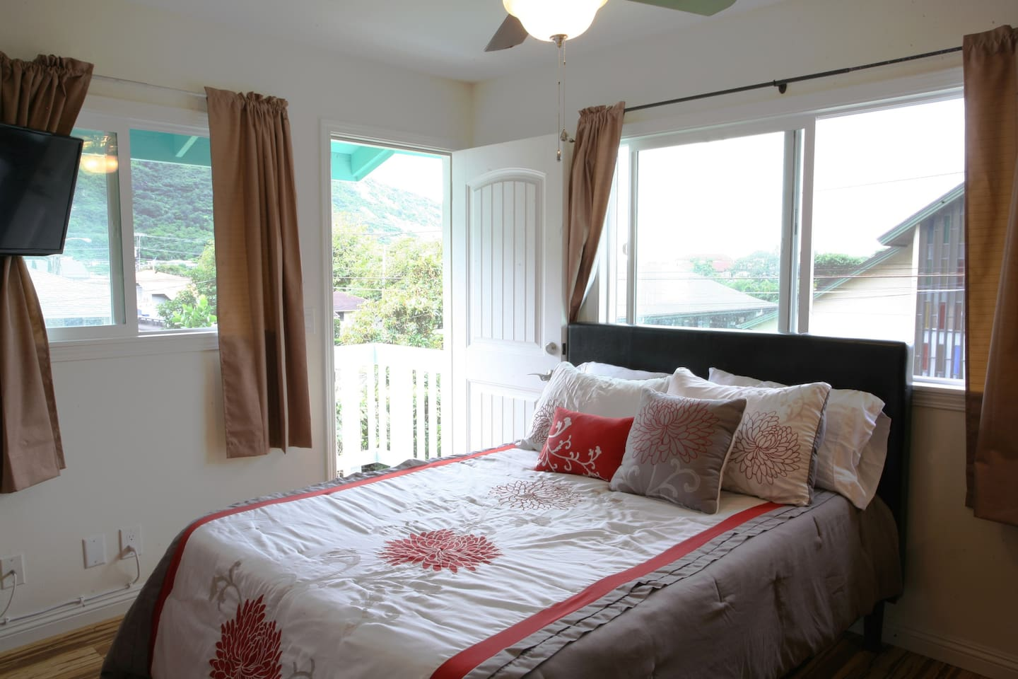 A light, airy studio in Manoa Valley with all new furnishings