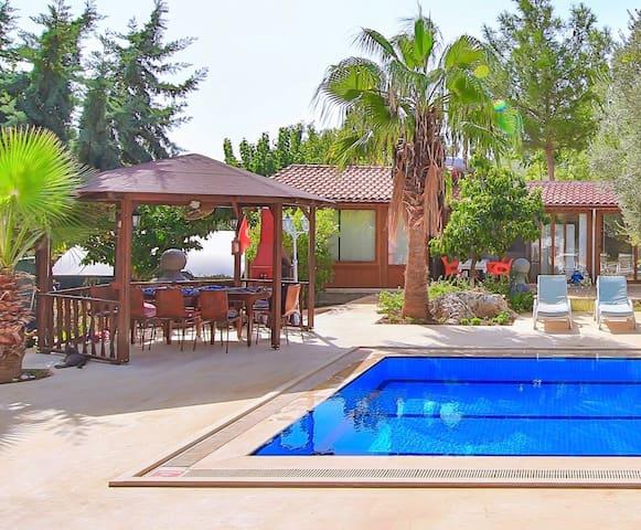 Antalya Kaş  2 kişilik mutfaklı yüzme havuzlu oda