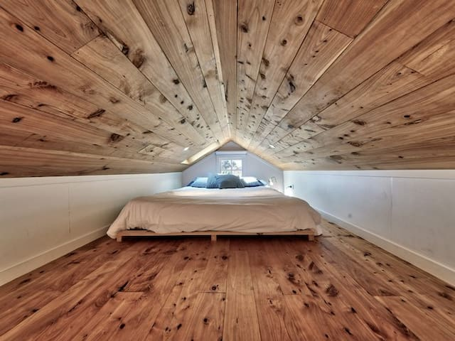 Kingsize bed with skylight to milkyway