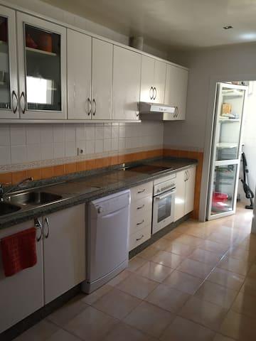 La cuisine avec toute la vaisselle et les ustensiles dont vous aurez besoin pour préparer des petits plats comme à la maison !