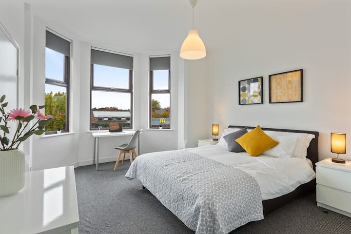 Triple En-Suite Room with Free Parking and Wi-Fi