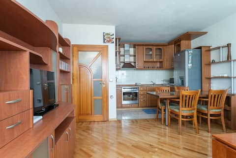 Bright and Cosy 2 bedroom near the Park