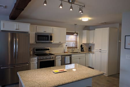 PRIVATE PARKING - 10 min train to NYC! Sleeps 8 - Jersey City