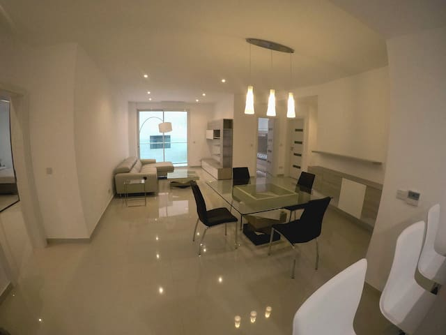 Highly Furnished Apartment just of the Front - Tas-Sliema - Apartamento