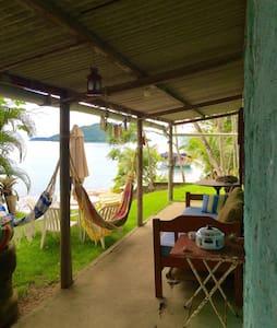 Casa beira-mar com barco e caseiro - Paraty