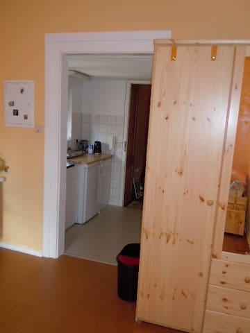 Wohnraum mit Blick in den Küchenbereich