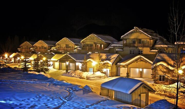 3 bdrm luxury unit on ski hill, private hot tub
