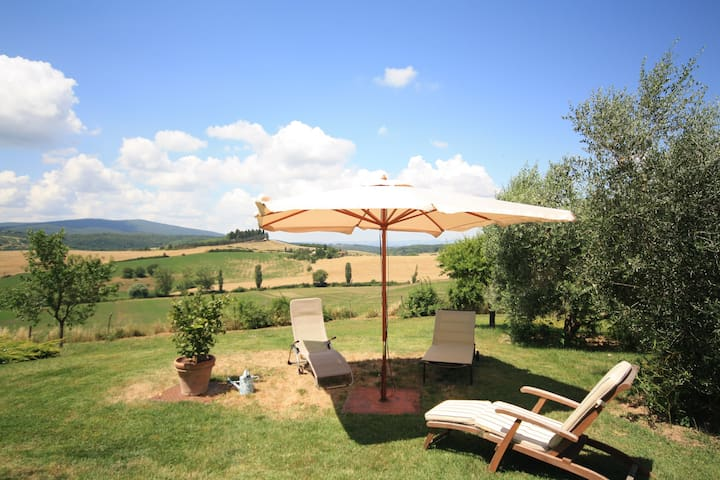 House with splendid views, 15 minutes from Siena
