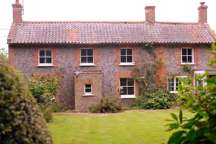 The Crest, pretty Norfolk flint cottage near coast