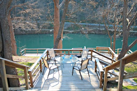 RIO VISTA ON THE GUADALUPE- RIVERFRONT HOME WITH EASY WATER ACCESS! - New Braunfels - Hús