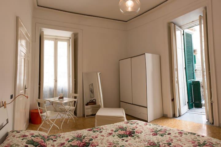 stanza matrimoniale nel centro storico di Napoli