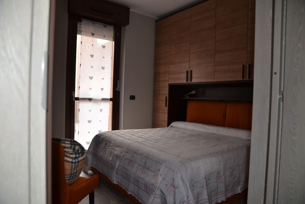 Quando lo spazio è ridotto, è meglio preferire un arredo minimale ma che con il buon gusto renderà senz'altro la camera accogliente.