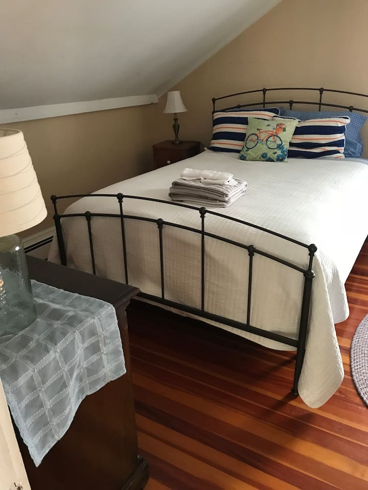 Cheerful room with Queen bed plus single bed