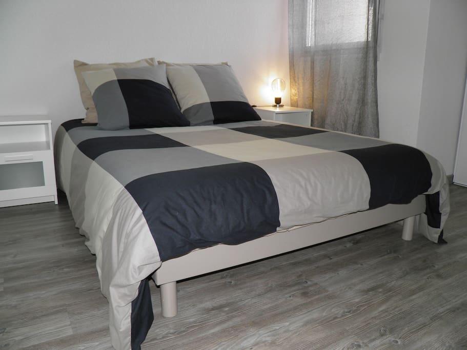 La chambre qui vous accueillera - Lit deux places avec literie neuve et confortable