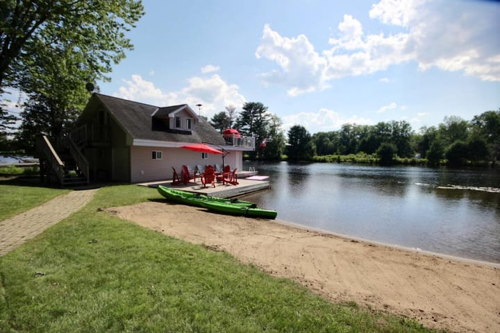 Majestic Maples Beautiful newly renovated cottage on the Muskoka River with Boathouse!
