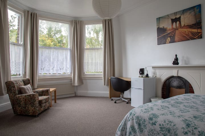 (R3) Large private room near Sefton Park