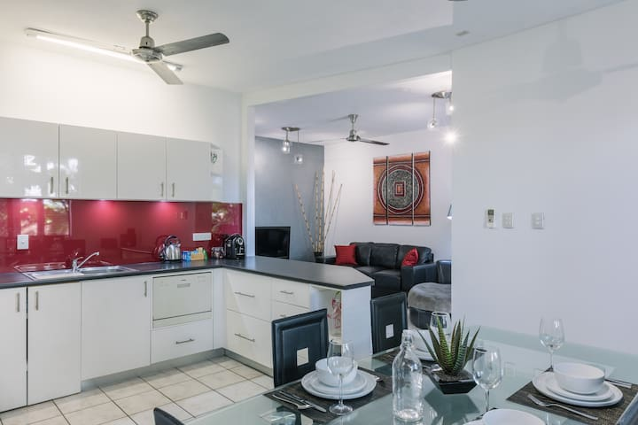CitySide Apartment - 2 Bed with Private Courtyard