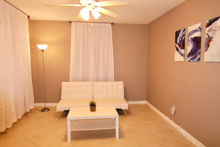 Charming 2 bedroom Duplex blocks from Coral Gables