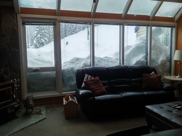 Best Ski in/out. 4 bed, 8 PersonTub, Near village.