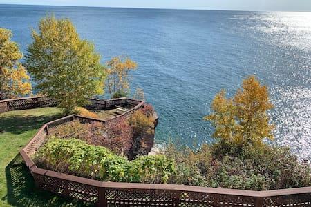 Beautiful Chateau  LeVeaux condo on Lake Superior