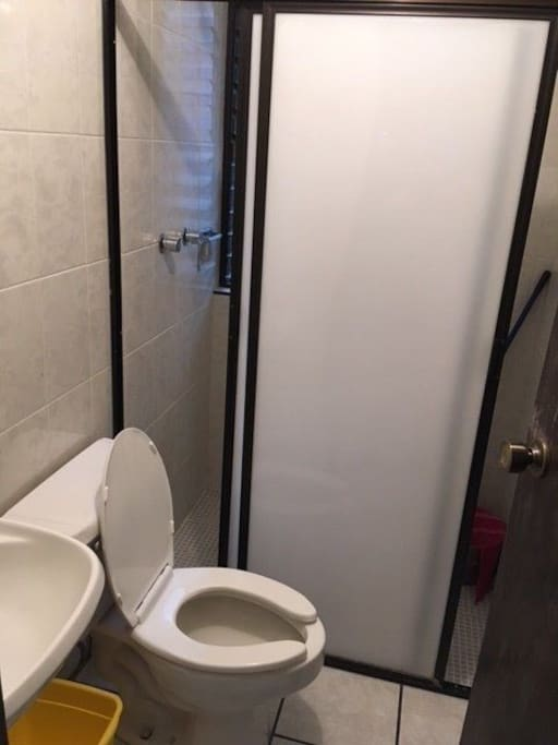 Amplio y limpio baño