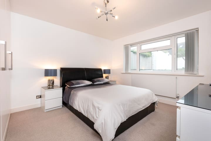 Large double room - modern house with free parking