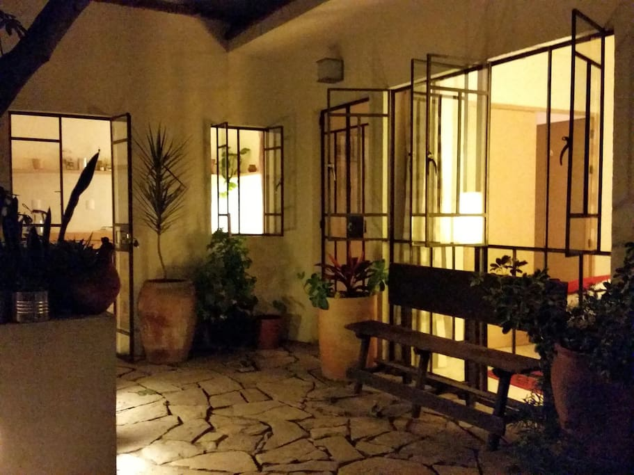Vista de noche del exterior del departamento // The apartment seen from the outside by night.